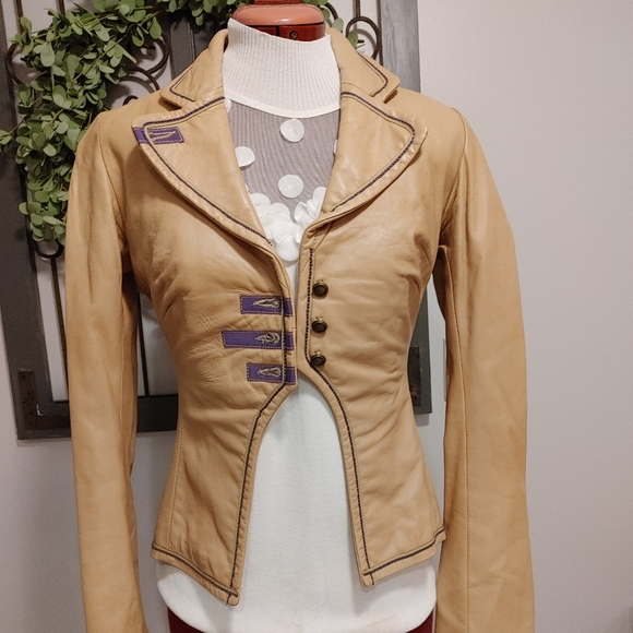 Very fitted, fun leather jacket.